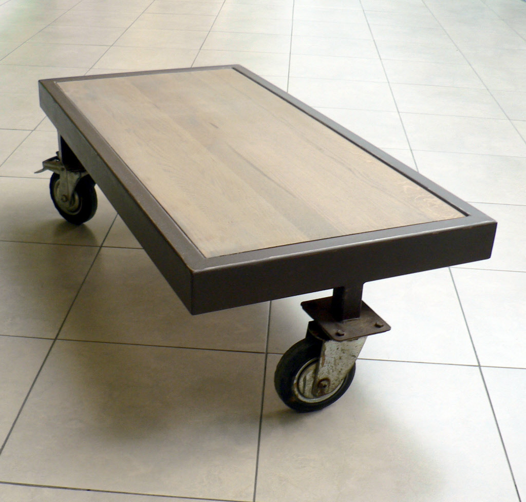 table basse style loft sur roulettes. Black Bedroom Furniture Sets. Home Design Ideas